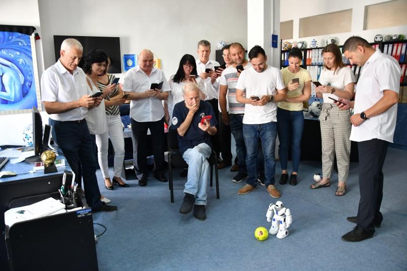 Екипът на ФИН ТВ изпоробва сцената Топка с чип
